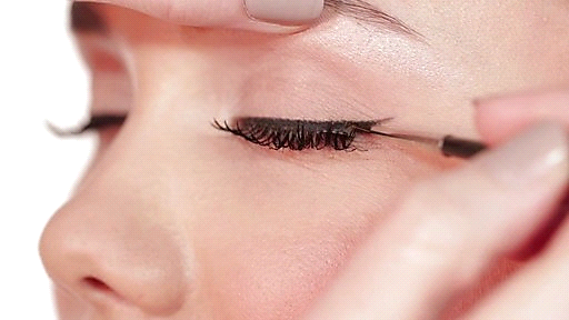 How to apply fake eyelashes - Fill in the gaps between the real and false lashes